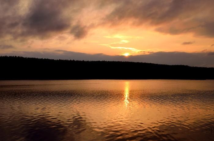 Solnedgång i öppet vatten