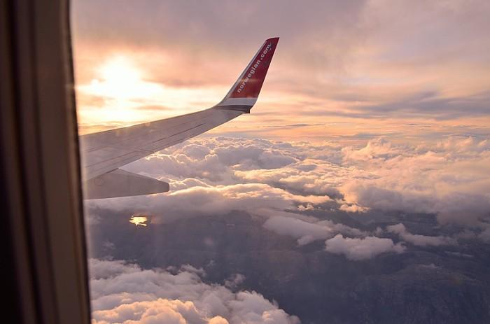 Norsk vinge ovan molnen