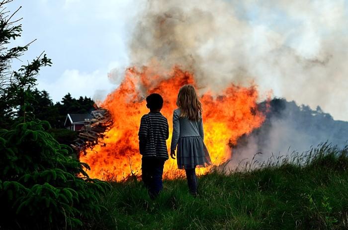 Barnen tittar på elden
