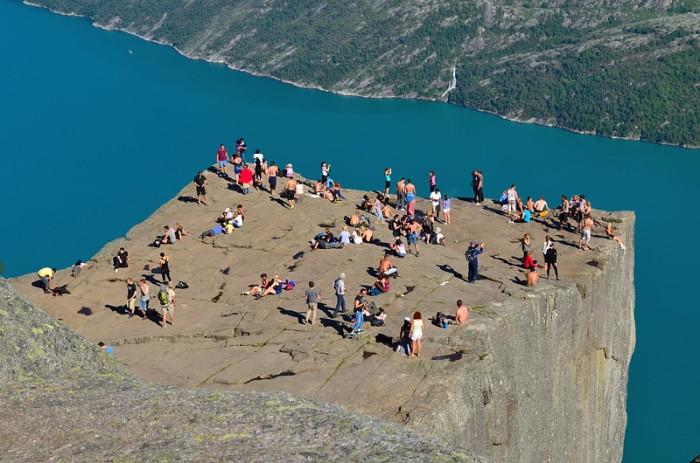 Mycket folk på klippan