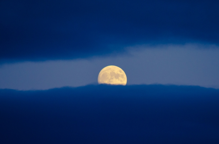 Måne mellan skyar