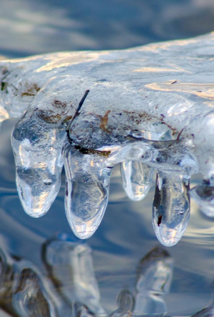 Isdroppar i kanten