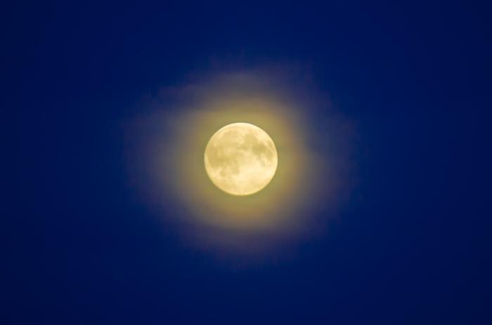 Fullmåne med skyar