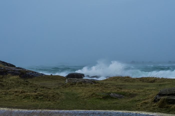 Vågorna river i havet