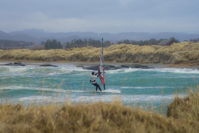 Surfar med vind