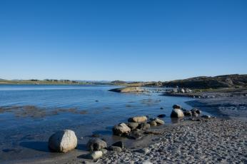 Stenig strand