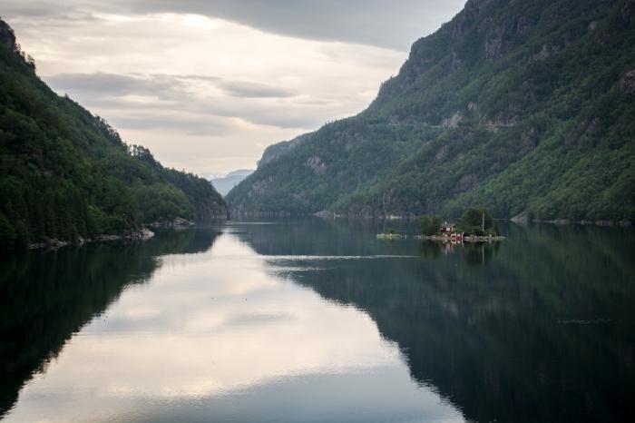 Litet hus i fjorden