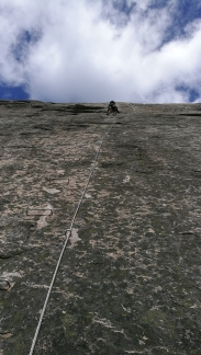 Liten figur på berget