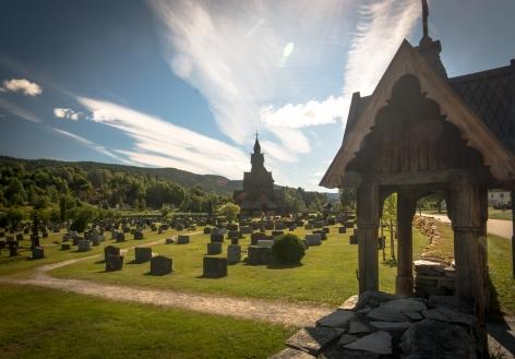 Kyrkogården och stavkyrkan