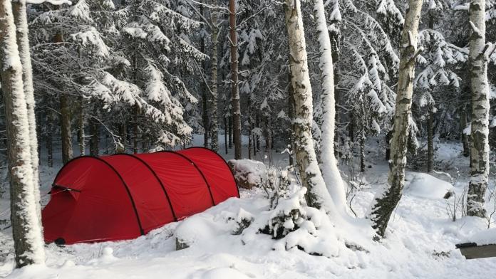 Ett av tälten i snön