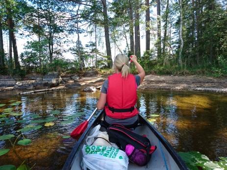 Syster yster på kanot-tur i Åmänningen