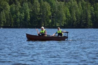 En båt kommer glidande