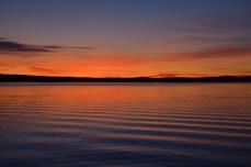 Vågor från en båt i kvällsljuset